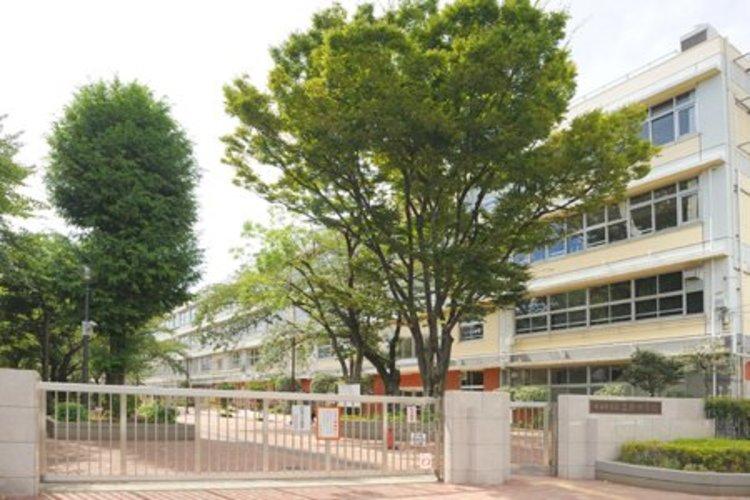 世田谷区立三宿中学校まで881m。安心して楽しく過ごせる学校をつくり、励まし合える生徒を育てるよう教職員が一丸となって取り組んでいきます。