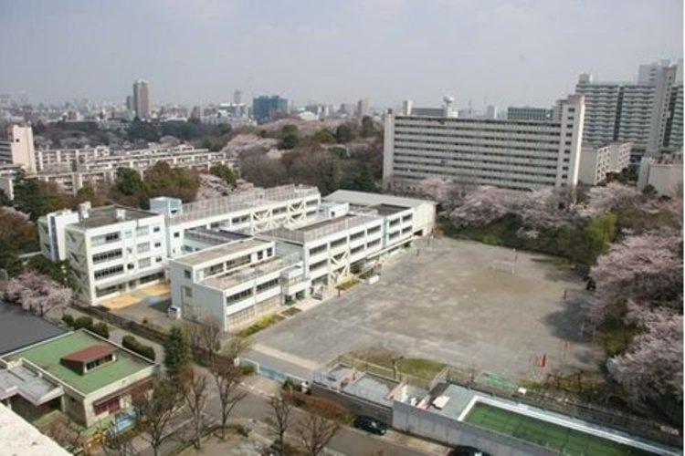 新宿区立東富山小学校まで180m。主体的に学び、確かな理解を 積み上げる子。