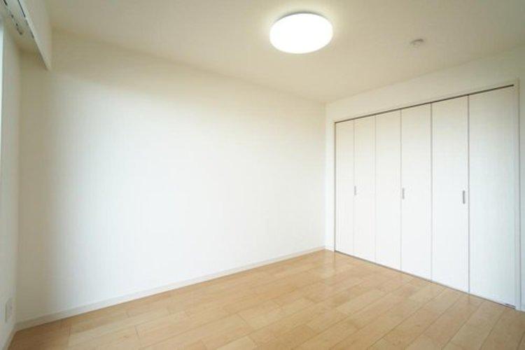 【洋室】約6.0帖 大型クローゼット付きでお部屋スッキリ!
