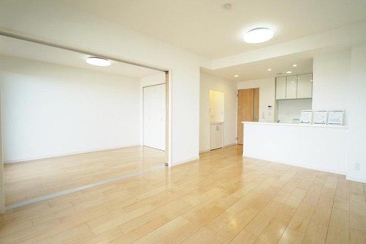 【LDK】約13.7帖 隣の洋室と繋げると約19.7帖の広々とした空間へ!
