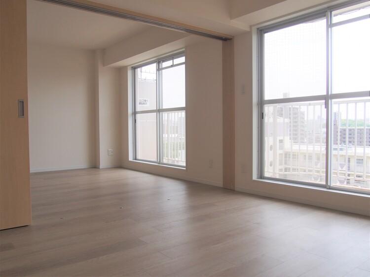 リビングは約6帖の洋室と繋げて広々と使えます。