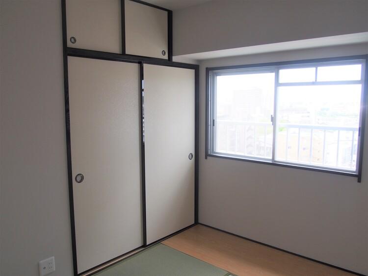 収納の付いた和室。座布団やお客様用お布団なども片付きます。