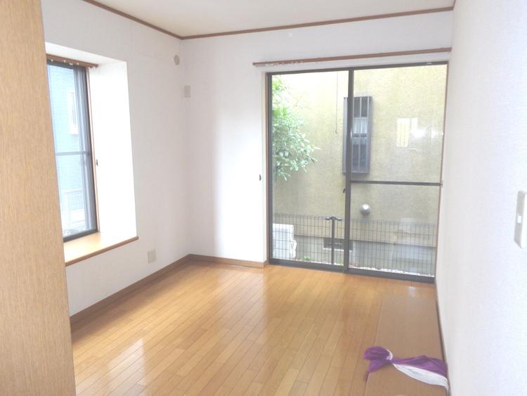 1階約6帖の洋室です。クローゼット付きです。