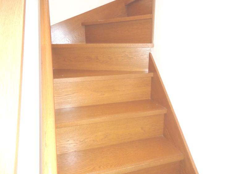 階段には手すり付きです。