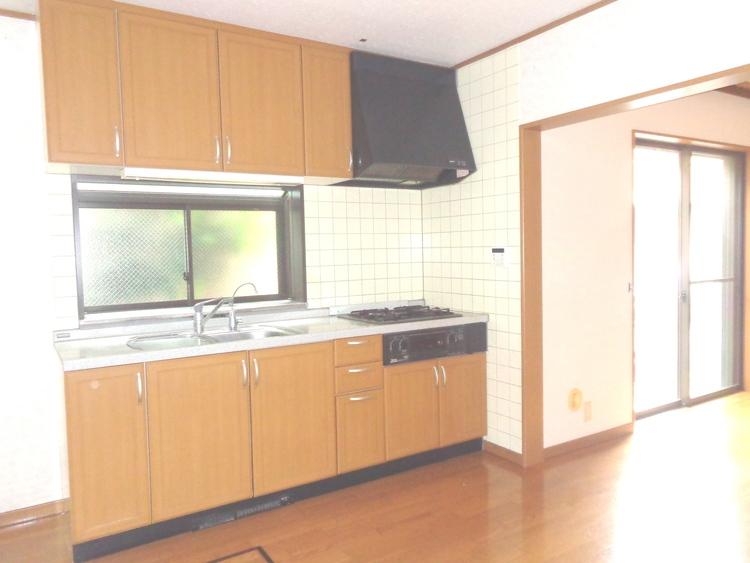 キッチンには大きな窓があり明るい印象。収納も豊富です。