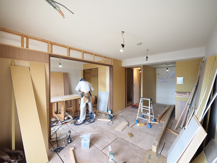 リフォーム中。やわらかな光を室内に取り入れる大きな窓を採用した家族の集合場所リビング。断熱性、防犯性にも優れ確かな安心、安全と共に快適にお過ごし頂けます。