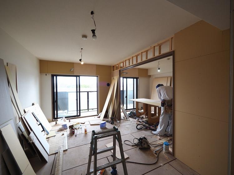 リビングに隣接する洋室6帖には豊富な収納力を誇るダブルクローゼットを完備。アウトフレーム工法にて隅までしっかり活用できます。リフォーム中