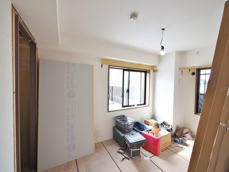 洋室(リフォーム中)。豊富な収納を備えたゆとりある3LDKは使い勝手が良く快適な新生活をスタート。大きめのWベッドや鏡台を配してもゆとりをもってお過ごし頂けます。