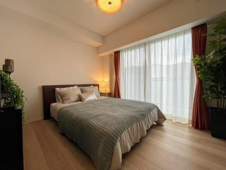 【ベッドルーム】 窓からそそぐ陽の光が眩しいベッドルームは朝の目覚めが心地良く、迎えられそうです。