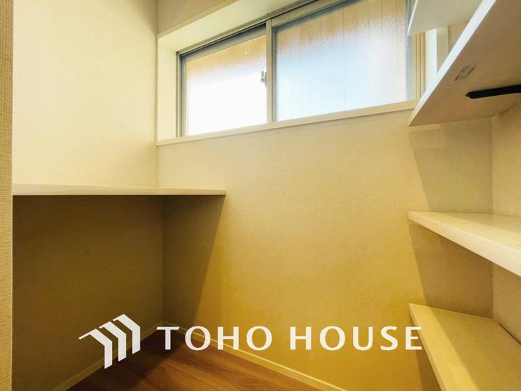 キッチンには便利なパントリー付き、片付けにくいキッチン周りも安心の収納スペース