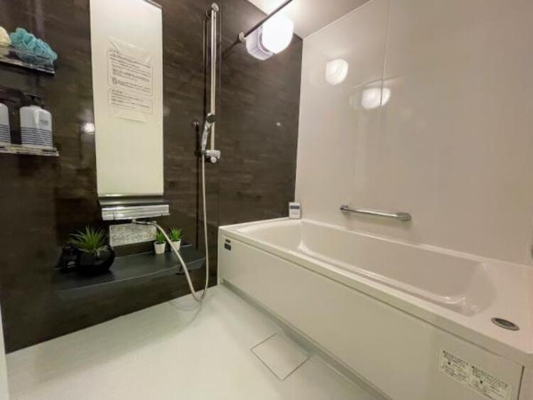 【浴室】お風呂は心の洗濯ができる場所。身体の疲れはもちろんですが、ゆっくりすることで心も癒されますよね。足を延ばしてゆっくりお風呂につかれる幸せ。