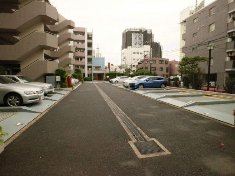 敷地内駐車場は月額22000~26000円で利用可能です。