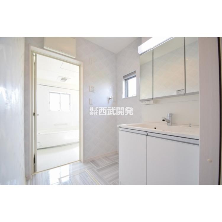 白を基調にまとめられた洗面スペース。清潔感があります。
