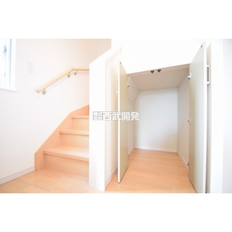 階段下収納です。細かい部分にも収納があると何かと便利ですね。
