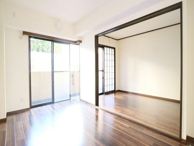 眩いばかりの陽の光が室内を満たしていきます。清らかで艶やかな時間をもたらしてくれる空間です。