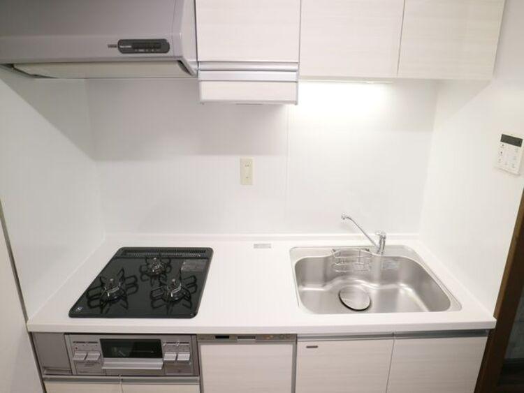 食器を洗っている間にお掃除など、様々なシーンで家事の時短に役立つ食洗機付き。