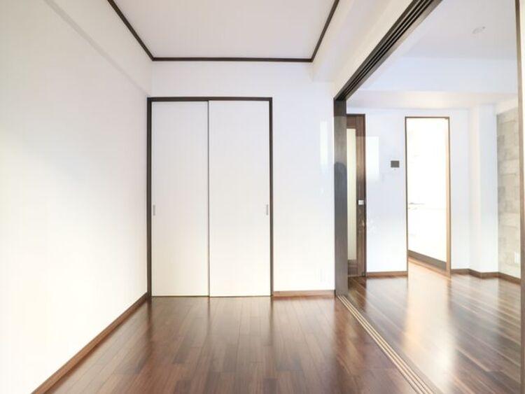 隣接するリビングとの色味を合わせながら、落ち着きのあるシンプルなお部屋をご用意。