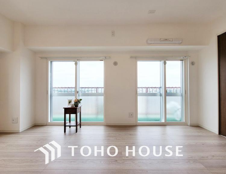 大きな窓がある洋室は、たくさんの陽射しとお部屋に取り入れてくれます