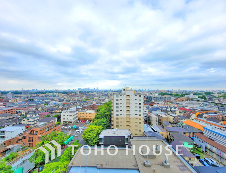 高層階のためバルコニーからの眺望も良好。晴れた日には富士山が望めます