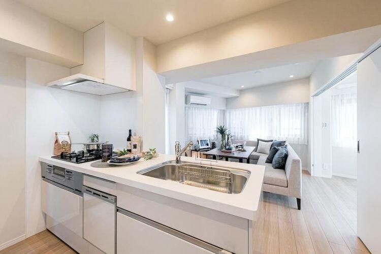 食器洗浄乾燥機付LIXIL製システムキッチンを新規設置しました。バルコニーに隣接した明るいキッチンです。