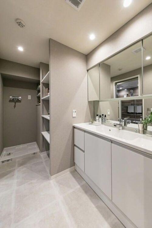 Panasonic製洗面化粧台を新規設置しました。洗面室には収納に便利な棚とカウンターが備え付けです。