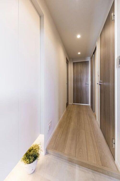 玄関には人感センサー付き照明を新規設置しました。両手がふさがっているときや暗い時間帯の帰宅時も快適です。