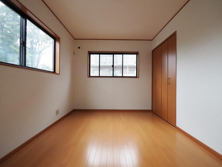 《2階 洋室 6帖》こちらも二面採光の角部屋です。西側は大きな駐車場ですので陽当たりも良いです。