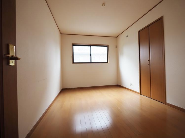《2階 洋室 6帖》全居室6帖以上。全居室にクローゼットを装備♪使いやすい大きさです。