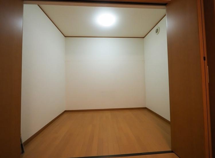 主寝室に隣接しており、約3帖の広さがあります。よくあるWICの1.5倍の大きさ、収納力です。お部屋がスッキリします。