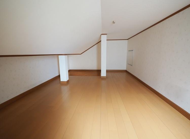 《小屋裏収納:グルニエ》二階に上がってすぐ上を見て頂くと、グルニエへの入口が見えます。折りたたみ式の階段にて昇り降りします。結構広いので季節もの(スノボの板、釣り具、ひな人形等)の収納に最適です。