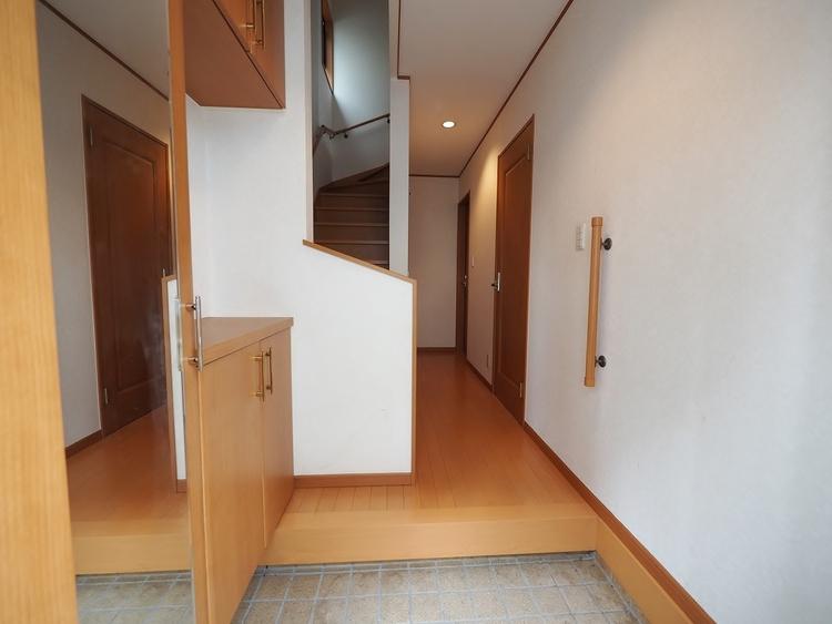 住まいの第一印象を決める玄関スペース、明るさと木の温もりを感じる色合いの下足入れで雰囲気を良い空間に出来ました。