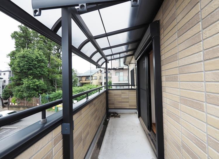 《二階のバルコニー 西側》急な雨も安心のルーフ付きバルコニーです。
