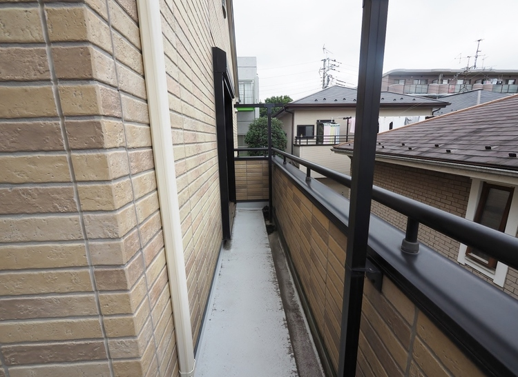 《二階のバルコニー 南側》南西角にL字で施工されたワイドなバルコニーです。多目の洗濯物でもタップリ干せますね♪