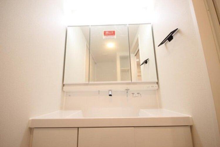 高級ホテルで迎える朝を毎日ご自宅で。十分な大きさの洗面台は、身だしなみチェックや歯磨きなど、朝の慌ただしい時間でもホテルライクなスペースで余裕とゆとりを感じて頂けます。