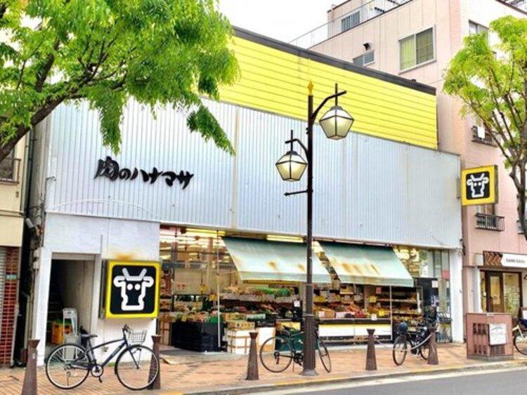 肉のハナマサ平井駅前店まで398m。大容量のものから家庭用を想定したものまで幅広くあり、一般の家庭から飲食店などの業務用品までをカバーした卸売りと小売の中間層を狙ったニーズに特化している。