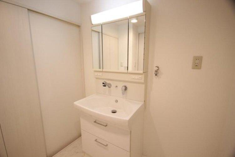 独立洗面台。 下部には収納スペースが備わっており、物を置くことなく、スッキリとした印象を与えてくれます。