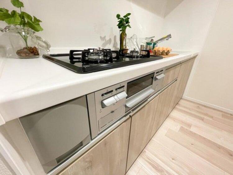 ◇キッチン◇現代的で使いやすさを追求されたシステムキッチンは、日々のお料理も捗ります。また収納箇所が多く小分けにもでき、調理器具や食器、調味料等を一括にまとめられるメリットも。