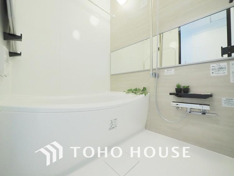 白ベースの清潔感のある浴室で、一日の疲れを癒す時間を過ごせます