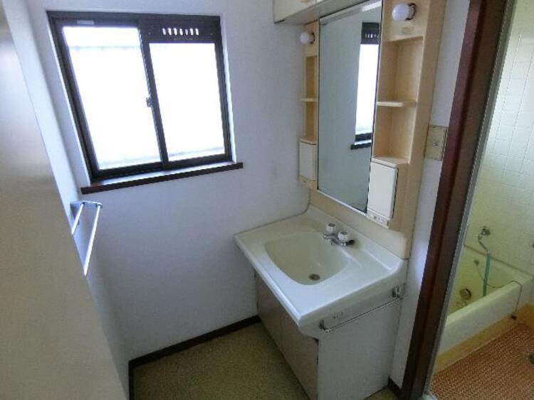 洗面室に窓があるので、明るく換気も良好です。