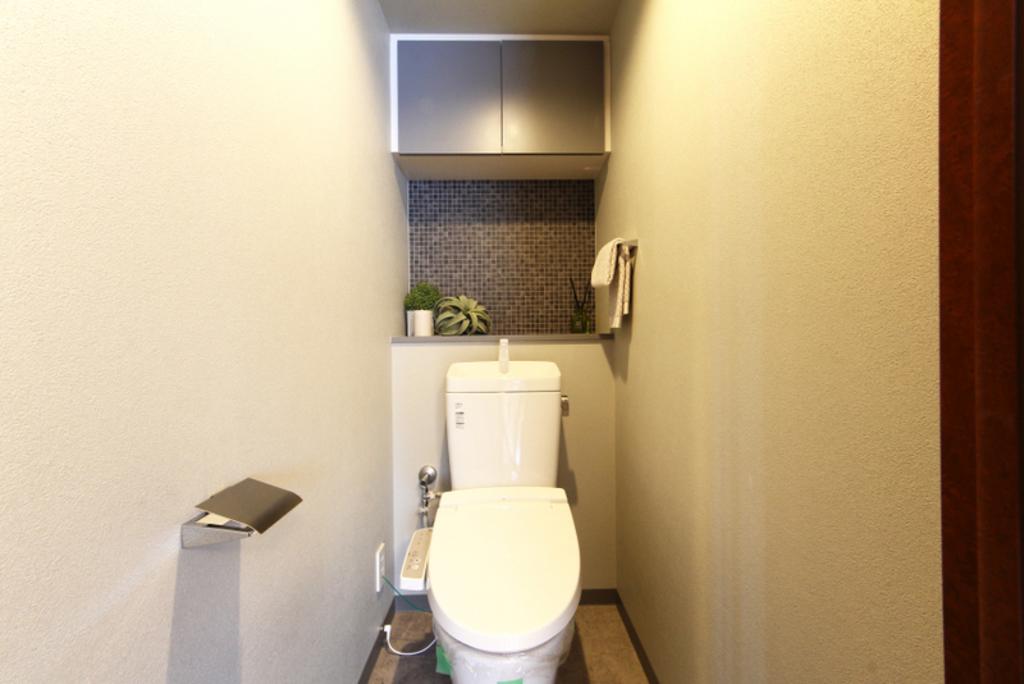 温水洗浄便座に新規交換。シックなタイル壁が落ち着きます