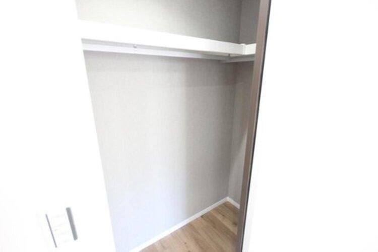 収納スペースが付いていて、お部屋を広く使っていただけます。荷物の多い方も安心です。
