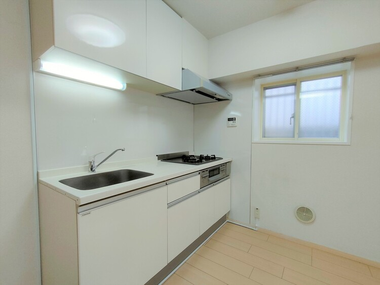 ◇キッチン 作業スペースが広く、収納も充実したシステムキッチン。