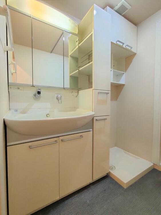 ◇洗面所 洗面室は、朝をすっきりさせてくれる大切な空間です。忙しい朝でも収納が多い洗面台では短い時間で効率良く支度ができます。