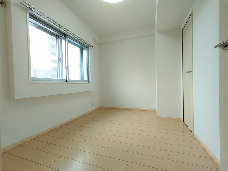 ◇洋室5.8帖 ゆったりサイズの主寝室は、心身を静かに満たすシックな趣き。採光と通風に優れ、衣服等を上手に収納できるシステム収納も備えています。