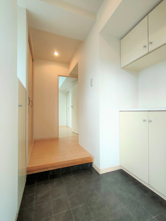 ◇玄関 清潔感のある玄関スペース。お客様の最初に目にする場所なので、すっきりと見えることは重要なポイントですね。