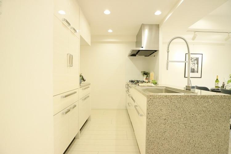 キッチンの後ろには大容量のキッチンボードを設置。 食器やキッチン家電、食材などをスッキリと収納できます。