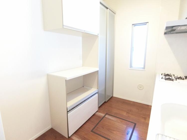 背面に作業スペースや収納スペースもあり機能的なキッチンです。