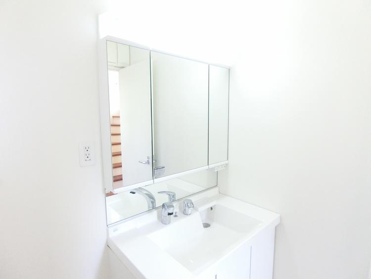 使い勝手の良い三面鏡タイプの洗面台です。