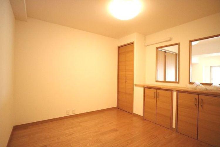各部屋を最大限に広く使って頂ける様、全居住スペースに収納付。こちらは、リビングからもお部屋の様子がわかるように小窓が設けられていますので、お子様部屋としても使用できますね。