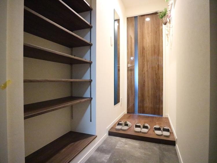玄関扉を開けると広々としたスペースがあります。収納スペースも十分です。